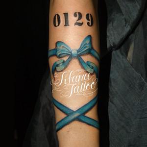 青いリボンのタトゥー