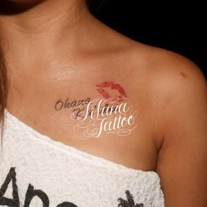 ハワイ語とキスマークのタトゥー