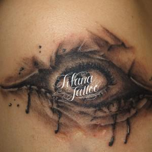グロテスクな目のタトゥー