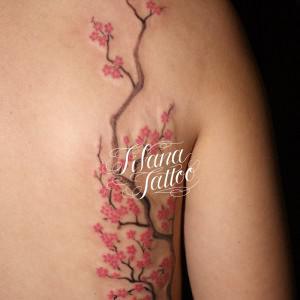 桜と枝のタトゥー