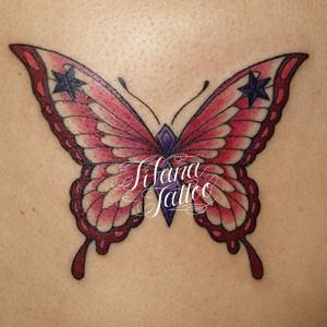 ピンクの蝶のタトゥー