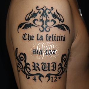 トライバルと文字のタトゥー