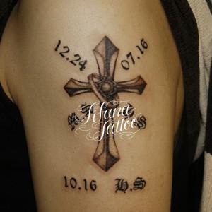 クロスとリングのタトゥー