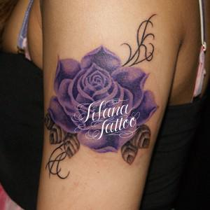 紫色の薔薇のタトゥー