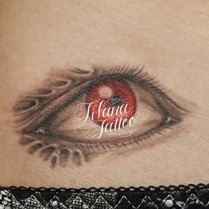 赤い目のタトゥー