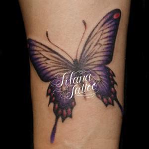 紫色の蝶のガールズタトゥー