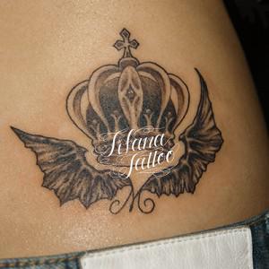 王冠と悪魔の翼のタトゥー