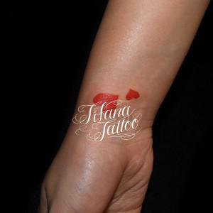 サイズ違いのハートのタトゥー