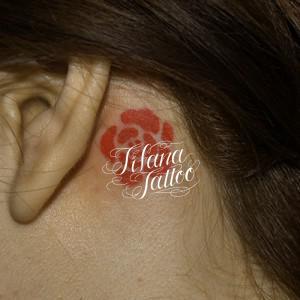 赤い薔薇のワンポイントタトゥー