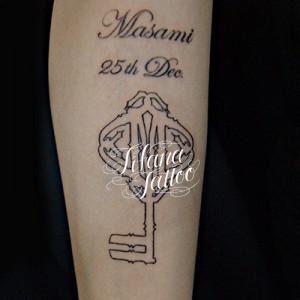 鍵と文字のタトゥー