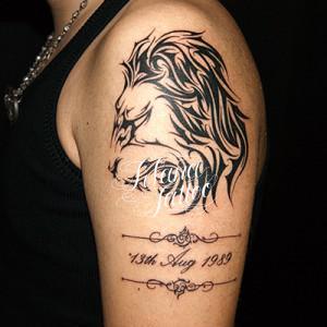 ライオンと日付のタトゥー