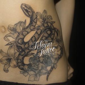 蛇と花の刺青