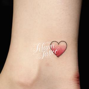 コインサイズのハートのタトゥー