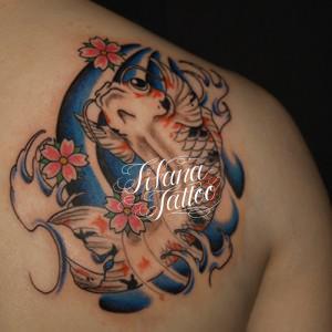 錦鯉と桜の刺青