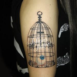 鳥かごと目玉のタトゥー