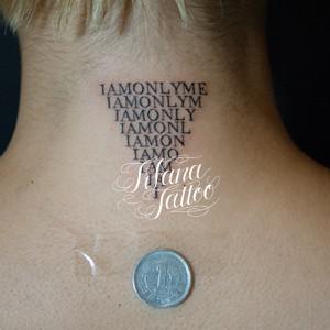 逆三角形の文字のタトゥー