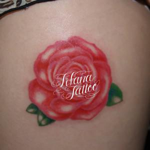 ピンクの薔薇のガールズタトゥー