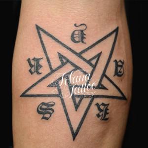 五芒星のタトゥー