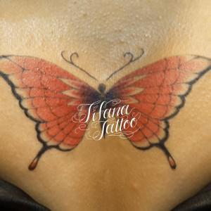 赤い蝶のガールズタトゥー