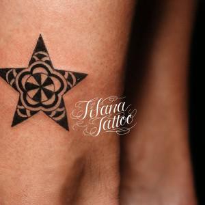 和柄の星のタトゥー