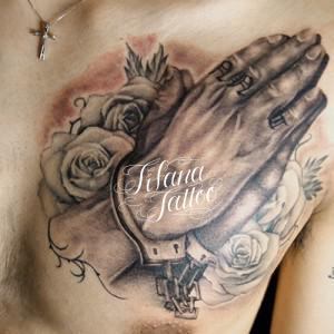 手錠をかけられた合掌のタトゥー