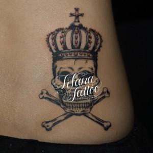 王冠を被ったスカルのタトゥー