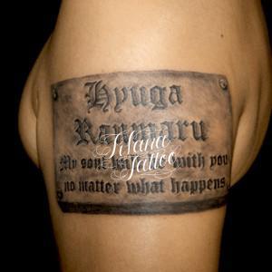 刻印された文字のタトゥー