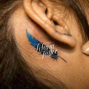 青い羽のワンポイントタトゥー