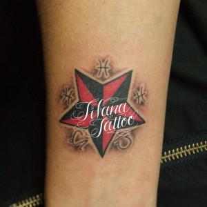 星と記号のタトゥー
