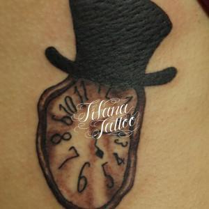 時計とハットのタトゥー