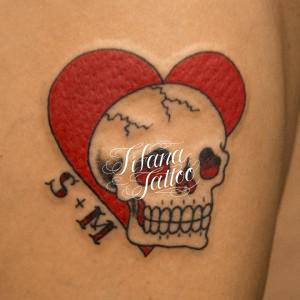 スカルとハートのタトゥー