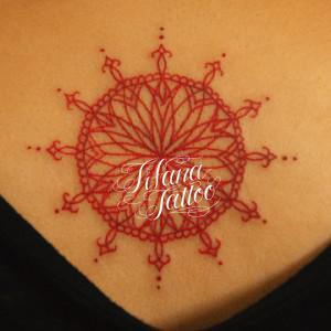 赤いロゼット柄のタトゥー