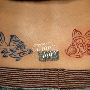 青|赤の金魚のタトゥー