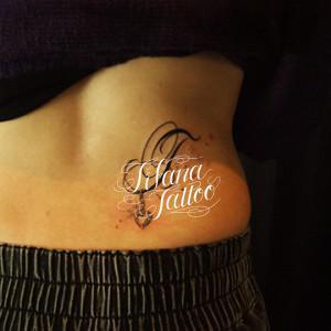 イニシャルにハートのタトゥー