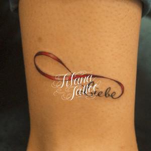 無限大と文字のタトゥー