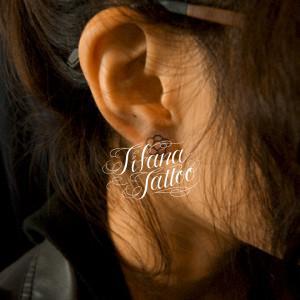 耳たぶのワンポイントタトゥー