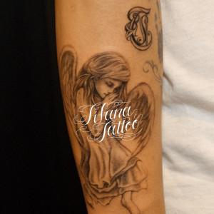 女の子の天使のタトゥー