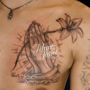 百合の花を持つ合掌のタトゥー