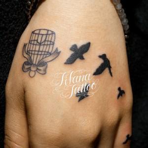鳥かごから羽ばたく鳥のタトゥー
