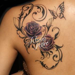 薔薇と蝶のガールズタトゥー