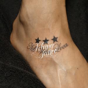 文字と星のタトゥー