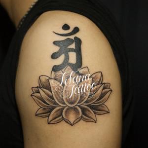 蓮と梵字の刺青作品