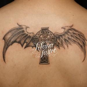 ケルト・クロスと翼のタトゥー