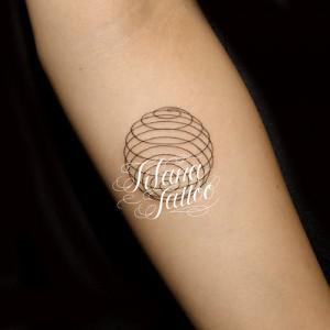 幾何学模様の円形タトゥー