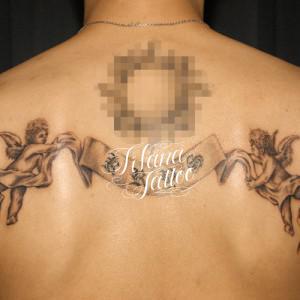 バナーを持った天使のタトゥー