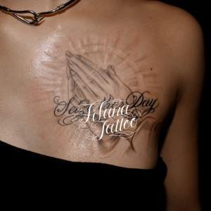 合掌と文字のタトゥー