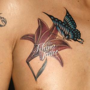 蝶と百合のタトゥー