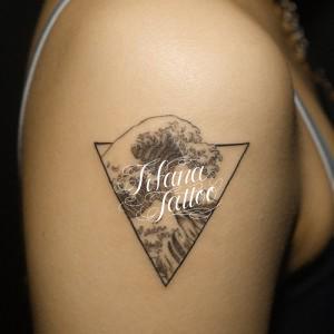 波と幾何学模様のタトゥー