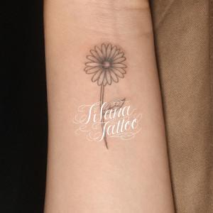 デイジーの花のタトゥー