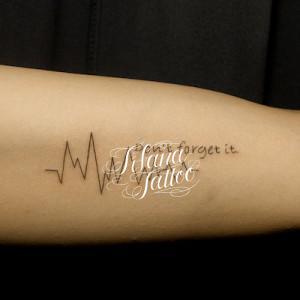 心電図と文字のタトゥー